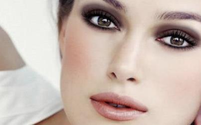 Como Usar a Maquiagem para Disfarçar os Olhos Pequenos
